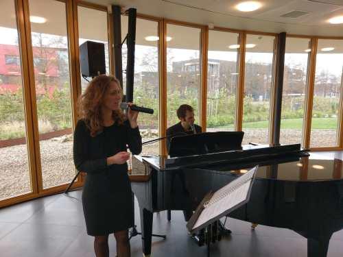 Uitvaartmuzikanten van MusicaRosa aanwezig bij een uitvaart plechtigheid.